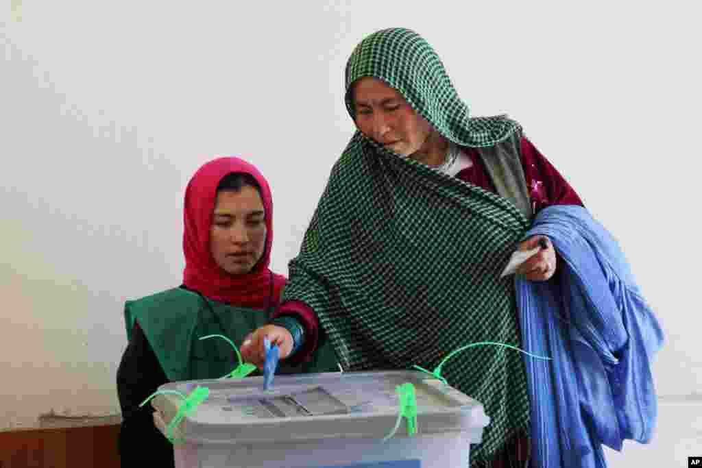 یک زن در بامیان حین رای دادن در دوم انتخابات ریاست جمهوری افغانستان