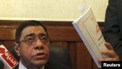 埃及總檢察長馬哈茂德星期六在開羅他的辦公室對記者發表談話
