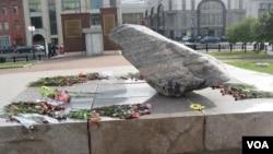 莫斯科市中心,前克格勃大樓前廣場上的政治迫害受難者紀念物。這塊石頭來自俄羅斯北部的一個集中營。(美國之音白樺攝)