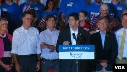 罗姆尼和瑞安在竞选集会上(资料照片)(美国之音龚小夏拍摄)