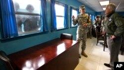 지난해 9월 판문점을 방문한 척 헤이글 미국 국방장관(오른쪽)이 군사정전위원회 회의장에서 미군 관계자의 설명을 듣고 있다. 창문 너머에선 북한 병사들(왼쪽)이 헤이글 장관의 모습을 카메라에 담고 있다. (자료사진)