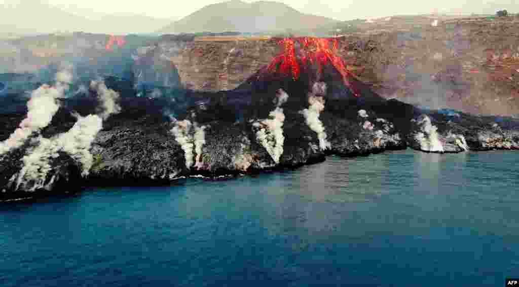Fotografija napravljena od video snimka iz vazduha Instituta za okeanografiju Španije (IEO-CSIC) na kojoj se vidi formiranje delte na obali, od lave koja izlazi iz vulkana Kumbre Vieha (Cumbre Vieja) na kanarskom ostrvu La Palma (Foto: AFP/IEO-CSIC (Spanish Institute of Oceanography)/Handout)