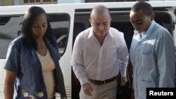 No se sabe cuándo el joven activista Angel Carromero, centro, regresaría a España a cumplir su condena de cuatro años.