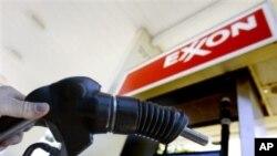 埃克森美孚一度称霸全球,为世界上市值最大的公司。图为一名顾客在埃克森美孚一个油站加油。