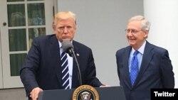 El presidente de Estados Unidos, Donald Trump y el líder de la mayoría del Senado, Mitch McConnell, hablan con reporteros en la Casa Blanca. Oct. 16, 2017. Foto: Steve Herman, VOA.