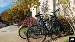 华盛顿有些人骑车上班,办公楼前有自行车架