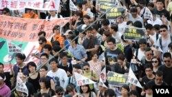 香港民間人權陣線發起的2013年71大遊行,以爭取民主及普選為主要訴求(美國之音湯惠芸)