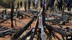 On espère que le déploiement de la force de l'Union européenne (UE) permettra de mieux désarmer les milices