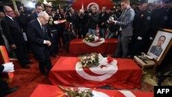 Le chef de l'Etat tunisien Béji Caïd Essebsi, décore à titre posthume des membres de la garde présidentielle tués lors d'un attentat contre leur bus à Tunis, 25 novembre 2015.