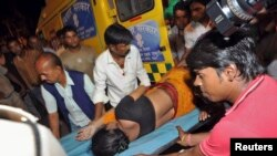 Một người bị thương trong vụ giẫm đạp được đưa đến bệnh viện ở thành phố Patna, ngày 3 tháng 10, 2014.