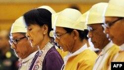 Аун Сан Су Чжі та інші законодавці складають присягу в парламенті