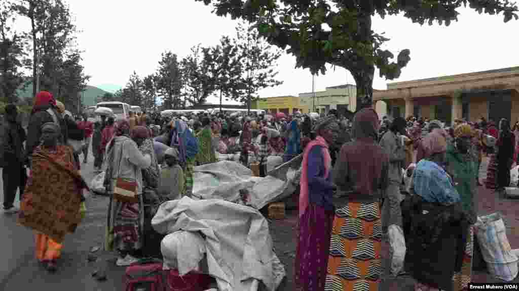 Des réfugiés burundais attendent à Bugarama leur embarquement pour le camp de transit de Nyagatare, Rwanda, 8 mars 2018. (VOA/Ernest Muhero)