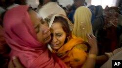 图片说明:巴基斯坦基督徒妇女3月28日在拉合尔的一个教堂举行的葬礼上为爆炸事件中的死难家人哀痛不已。