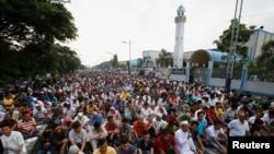 Waumini wa kiislam katika sala za wakati wa mwezi wa Ramadan.