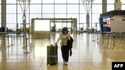 Một hành khách đi trong ga đến ở Sân bay Quốc tế Nội Bài ở Hà Nội, ngày 12 tháng 3, 2020.