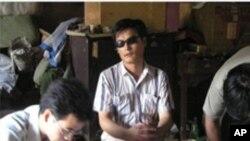 တ႐ုတ္ မ်က္မျမင္ တက္ၾကြ လႈပ္ရွားသူ ခ်န္ဂြမ္ခ်မ္း (Chen Guangchen)။