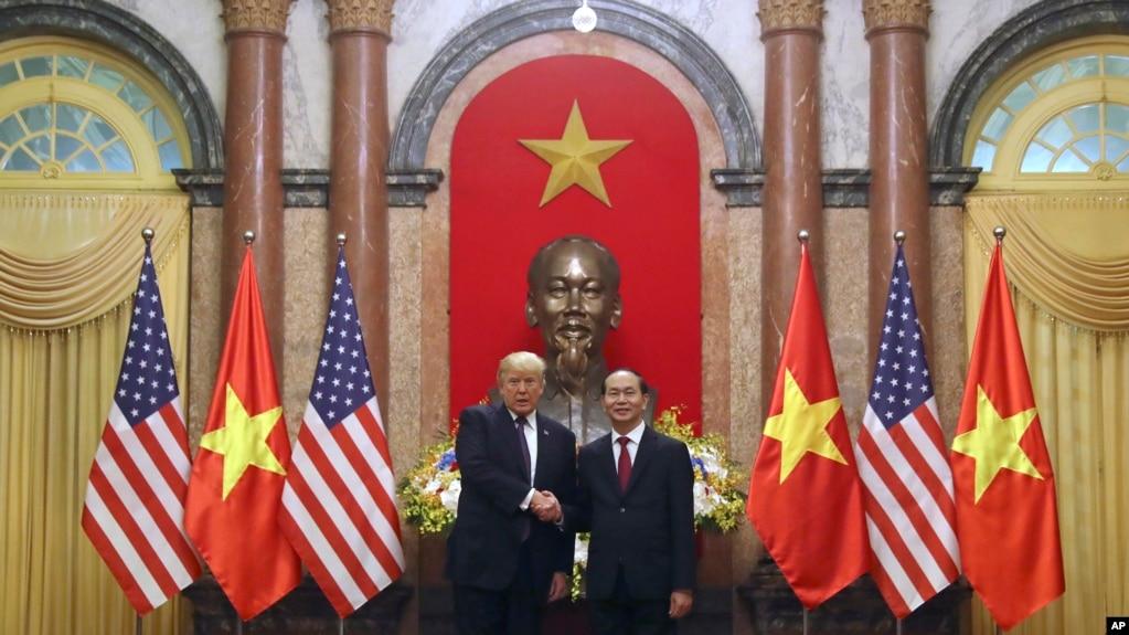 Tổng thống Donald Trump và Chủ tịch Trần Đại Quang tại Hà Nội, ngày 12/11/2017.