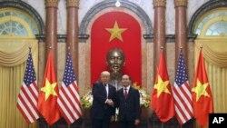 El presidente Donald Trump y el presidente vietnamita Tran Dai Quang, el 12 de noviembre de 2017, en Hanoi, Vietnam, en el marco del viaje de Trump por Asia.