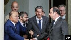 Tổng thống Pháp Francois Hollande bắt tay người đứng đầu cộng đồng người Hồi giáo của Pháp Dalil Boubakeur, trái, sau cuộc họp với các lãnh đạo tôn giáo tại Điện Elysée ở Paris, 27/7/2016.