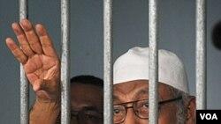 Ulama radikal Abu Bakar Ba'asyir berbicara dengan wartawan dari balik sel tahanannya (foto: dok).