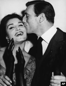 دالیدا همراه با هنرپیشه و خواننده فرانسوی ایتالیایی ایو مونتان