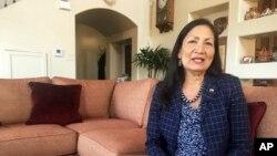 Deb Haaland, 57 ans, candidate démocrate à la Chambre des représentants pourrait devenir la première femme amérindienne jamais élue au Congrès américain, Albuquerque, le 6 juin 2018.