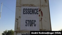 Hausse du carburant à la pompe au Tchad à N'Djamena, le 9 janvier 2018. (VOA/André Kodmadjingar)