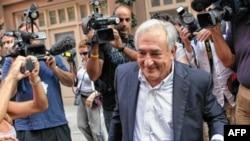 Ông Strauss-Kahn, 62 tuổi, đến trình diện để chịu thẩm vấn tại một đồn cảnh sát tại thành phố Lille miền bắc nước Pháp