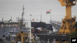 Thủy thủ Ấn Độ làm việc trên chiếc tàu ngầm (giữa) tại xưởng đóng tàu hải quân ở Mumbai, nơi xảy ra vụ tai nạn, ngày 14/8/2013.
