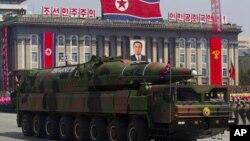 미 국방부가 올해 공개한 북한의 군사안보 동향보고서에서 무인항공기 개발, 특수작전부대와 비대칭 공격 위협, 이동식 탄도미사일 개발에 대한 평가 등을 보고했다. 사진은 지난 2012년 북한이 김일성 주석 100회 생일 기념 군사퍼레이드에서 공개한 장거리 탄도미사일.