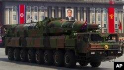 북한이 지난 2012년 4월 김일성 주석 100회 생일 기념 군사퍼레이드에서 공개한 장거리 탄도미사일. (자료사진)