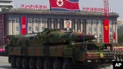 지난 2012년 4월 북한이 김일성 주석 100회 생일인 태양절 기념 행사에서 공개한 장거리 탄도미사일. (자료사진)