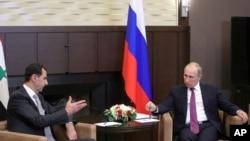 លោកប្រធានាធិបតីរុស្ស៊ី Vladimir Putin (រូបស្តាំ) ជួបពិភាក្សាជាមួយនឹងលោកប្រធានាធិបតីស៊ីរី Bashar Assad នៅក្នុងវិមាន Bocharov Ruchei ក្នុងក្រុង Sochi ប្រទេសរុស្ស៊ី កាលពីថ្ងៃទី២០ ខែវិច្ឆិកា ឆ្នាំ២០១៧។