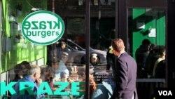 Seorang pembeli masuk ke restoran burger Korea, Kraze Burger, yang baru-baru ini dibuka di Bethesda, Maryland.