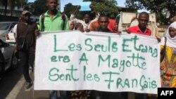 Des manifestants devant l'ambassade de France pour protester contre la situation actuelle de l'immigration sur le territoire français de Mayotte, à Moroni, Comores, le 12 avril 2018.