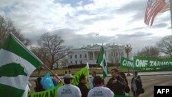Протесты активистов перед Белым домом.