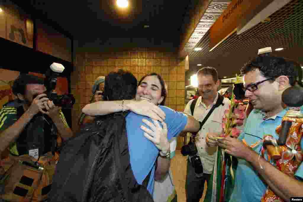 La periodista reconocida como una de las principales opositoras al régimen castrista es bienvenida al llegar a suelo brasileño, en el aeropuerto internacional Guararapes en Recife, Brasil.