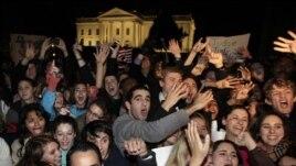 Người ủng hộ Tổng thống Barack Obama ăn mừng bên ngoài Tòa Bạch Ốc ở thủ đô Washington, ngày 6/11/2011.