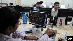 印度交易員在電腦前進行交易(資料圖片)