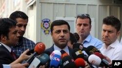 親庫爾德的人民民主黨領袖德米爾塔斯(中)在議會開會前要求立即停止攻擊行動