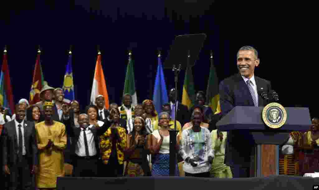 Le président Barack Obama parle avec les leaders de l'initiative des jeunes africains (YALI) à Washington,3 août 2015.