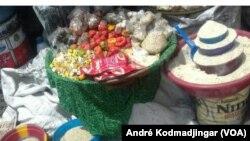 Des condiments et crudités étalés à même le sol à l'entrée sud du grand marché de la capitale, Ndjamena, Tchad, le 9 juin 2016. (VOA/André Kodmadjingar)