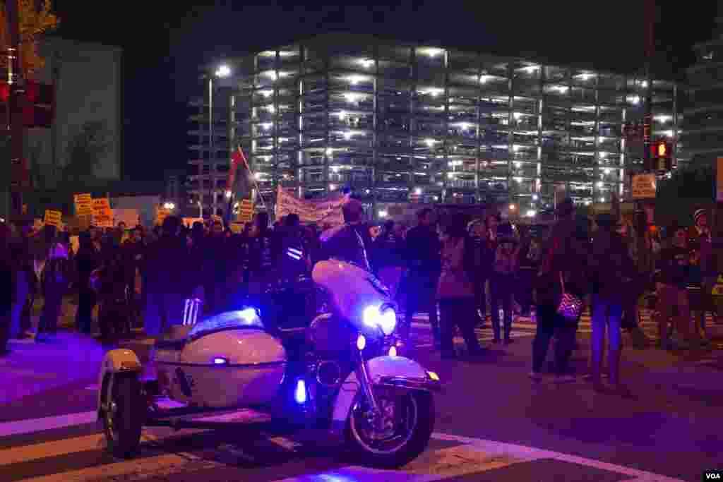 Manifestantes protestaram pacificamente em Washington DC na noite de Terça-feira, 25, em solidariedade com a comunidade de Ferguson, após a decisão do Grande Júri de não acusar o polícia que atirou mortalmente em Michael Brown, um jovem negro de 18 anos. Nov. 2014