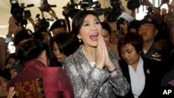 22일 잉락 친나왓 태국 전 총리가 방콕의 의회 건물을 떠나고 있다.