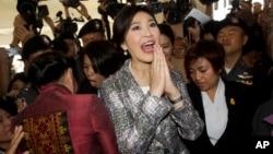 Mantan PM Thailand Yingluck Shinawatra meninggalkan gedung parlemen di Bangkok, Thailand hari Kamis (22/1).