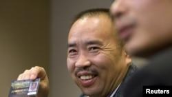 2011年被中国引渡归案的赖昌星2007年在温哥华举行的记者会上展示他的驾照