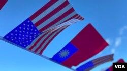 美國星條旗與台灣青天白日滿地紅旗幟在空中飄揚。 (美國之音鍾辰芳拍攝)