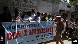 Dân Ấn Ðộ biểu tình tại Hyderabad phản đối vụ bắt giữ phó Tổng lãnh sự tại lãnh sự quán Ấn Ðộ ở New York, ngày 16/12/2013.