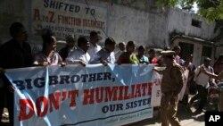 印度人在美国驻海德拉巴领事馆外抗议美国逮捕印度外交官。(2013年12月16日)