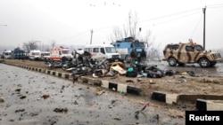 پلوامہ خودکش دھماکے کے مقام پر گاڑیوں کا ملبہ بکھرا پڑا ہے۔ اس حملے میں 50 سیکورٹی اہل کار ہلاک ہوئے۔ 14 فروری 2019